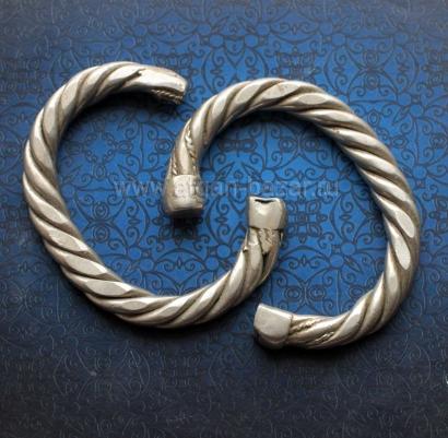 Пара старых бедуинский браслетов на узкое запястье. Зона Персидского Залива, Йем