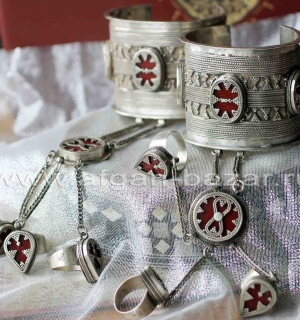 Пара уникальных браслетов с кольцами в казахском стиле