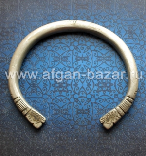 Бедуинский браслет на предплечье  символическими изображениями змей