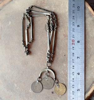 Декоративная подвеска с изображением полумесяца и декоративными монетками