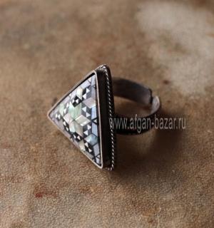 Перстень с инкрустацией перламутром. Египет, современная работа