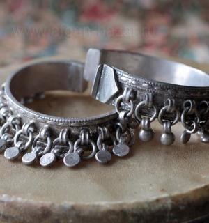 Старые египетские браслеты с мелкими подвесками - украшения-амулеты для церемони