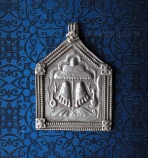 """Старый индийский амулет с изображением стоп Кришны """"Vishnupadaka"""". Индия, Гуджар"""