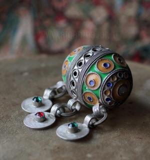 """Традиционная марокканская бусина """"Тагамут"""" (Tagamouth) с подвесками - монетами."""